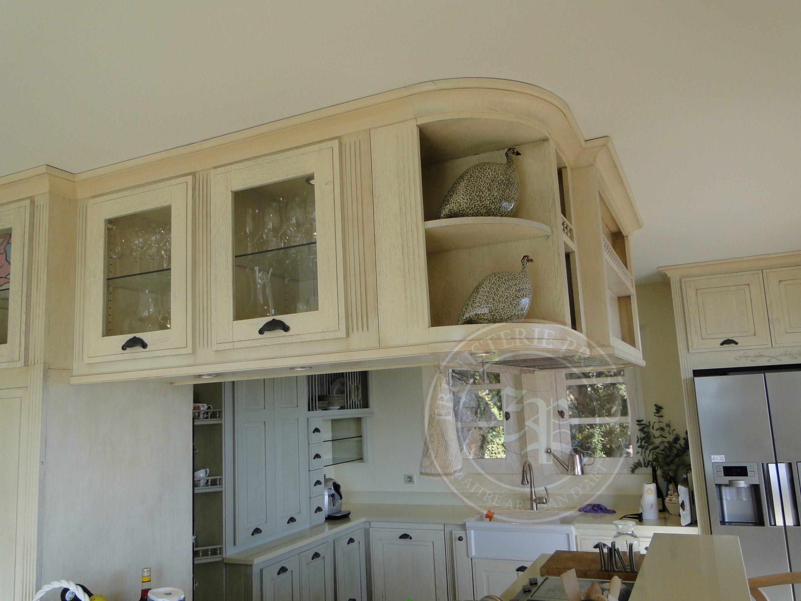 meuble de cuisine sur mesure en bois placards vitrés