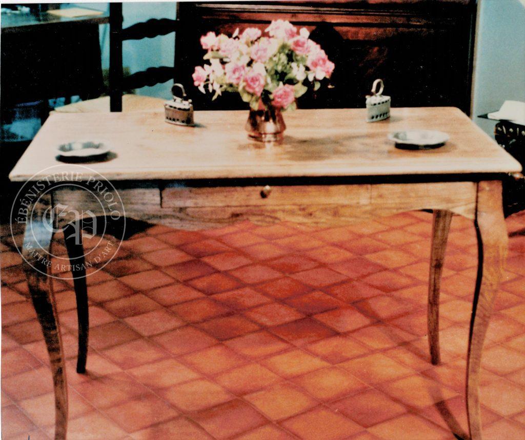 Table style louis XV