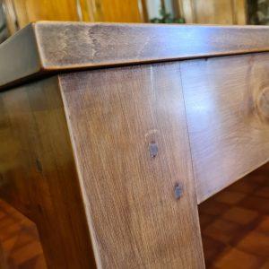 angle de table en merisier assemblage traditionnel tenon mortaise cheville bois